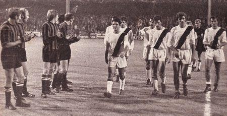 Manchester City players applaud Bologna, 1970